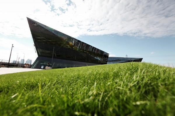 """Zdání klame. I přes futuristický vzhled a tmavou barvu je Crystal jednou z """"nejzelenějších"""" budov na světě. Budova je navržena s ohledem na efektivní provoz, v úvahu se však brala i výstavba objektu a jeho případná demontáž. Tvůrci se u všech prvků snažili minimalizovat množství použitého materiálu, velká část budovy je navíc recyklovatelná."""
