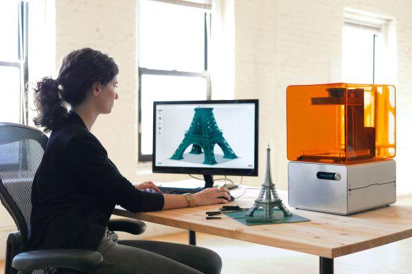 Start-up Formlabs získal na webu Kickstarter.com na vývoj svojí 3D tiskárny skoro tři miliony dolarů od drobných dárců. Ve svém zařízení Form 1 využívá laser z Blu-ray mechanik, který je tisíckrát levnější, než lasery používané v profesionálních výrobních systémech. Foto: Formlabs