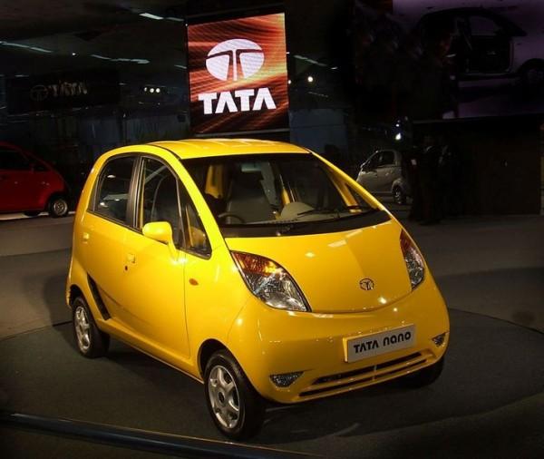 Indický automobilový průmysl je jeden z nejrychleji rostoucích na celém světě. Na fotografii je nejlevnější auto na světě - Tata Nano. Foto: arulnathan