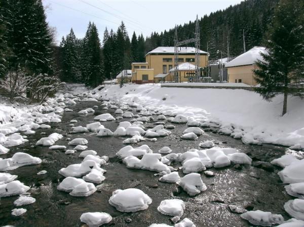 Malá vodní elektrárna Vydra v zimní šumavské krajině