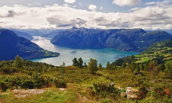 Sognefjord je nejdelší a zároveň jeden z nejnavštěvovanějších fjordů v Norsku. Podobných scenérií nicméně najdete podél pobřeží spoustu, stejně jako trajektů brázdících místní vody.