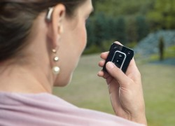 S malým dálkovým ovladačem se z naslouchadel stává v podstatě malé multimediální zařízení. Díky technologii Bluetooth se mohou připojit například k počítači či mobilnímu telefonu, jehož zvukový signál lze ovladačem jednoduše nastavovat.