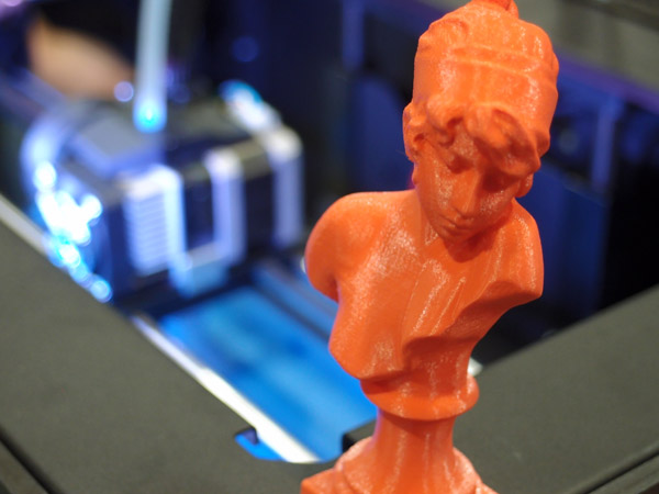 Detail výrobku ze 3D tiskárny MakerBot Replicator 2 v přibližně dvojnásobném zvětšení. Foto: Jan Homola
