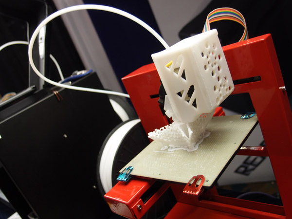 Stavba 3D modelu na tiskárně PP3DP vrstvu za vrstvou. Foto: Jan Homola