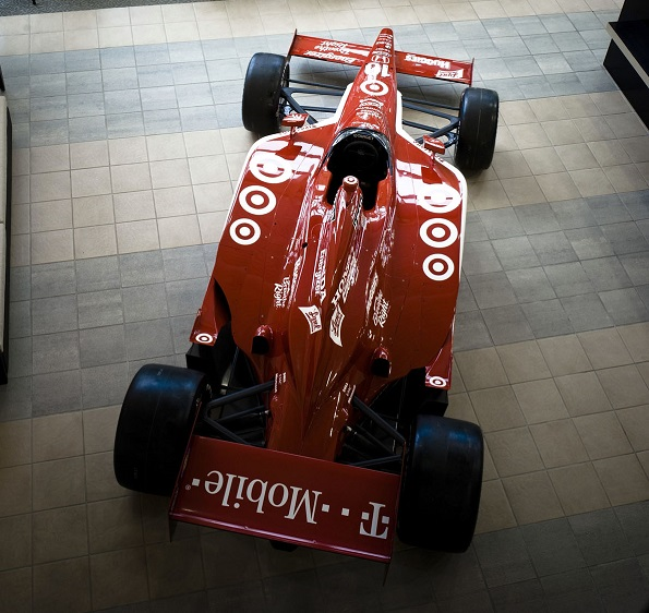 Vůz Indy v životní velikosti a četné vítězné trofeje vítají návštěvníky dílen Target Chip Ganassi Racing v Indianapolis