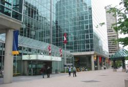 Budova C. D. Howeho, domov mnoha kanceláří průmyslových firem v Kanadě. Foto: Peregrine981