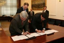 Generální ředitel a předseda představenstva OKD Ján Fabián (vpravo) a předseda představenstva KHW Roman Łój při (a po) podpisu smlouvy.