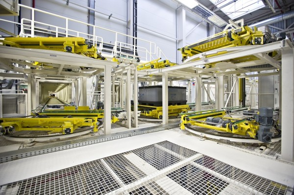 Nové logistické centrum v závodě ŠKODA Mladá Boleslav: Plně automatická doprava materiálu dopravníkovým tunelem přímo do montážní haly modelů ŠKODA Octavia a ŠKODA Rapid.