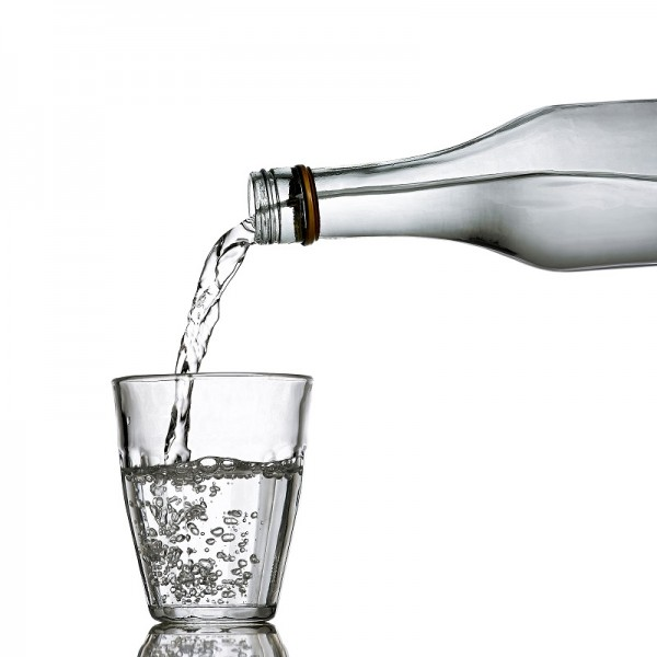 """Jako čistá a průzračná se jeví voda, kterou pijeme. Obsahuje však desítky iontů, rozpuštěných solí a dalších chemikálií. Pro naše tělo běžná věc, mnoho strojů by však takový """"koktejl"""" vyřadil z provozu."""