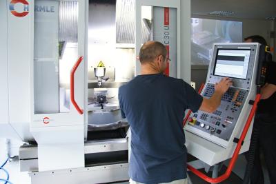 Obrábění testovacího dílu na stroji Hermle C30. Zdroj: SolidCAM CZ