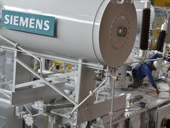 Rostlinné oleje chladící transformátory mají vysoké teploty vzplanutí i dobrou biodegradabilitu. Jsou bezpečnější a potřebují menší počet ochranných prvků. Zdroj: Siemens