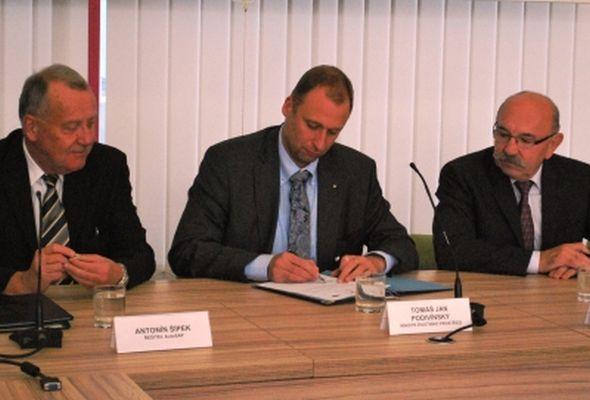 Podpis dodatku k memorandu, zleva Antonín Šípek, Tomáš Jan Podivínský a Pavel Tunkl. Zdroj: MInisterstvo životního prostředí