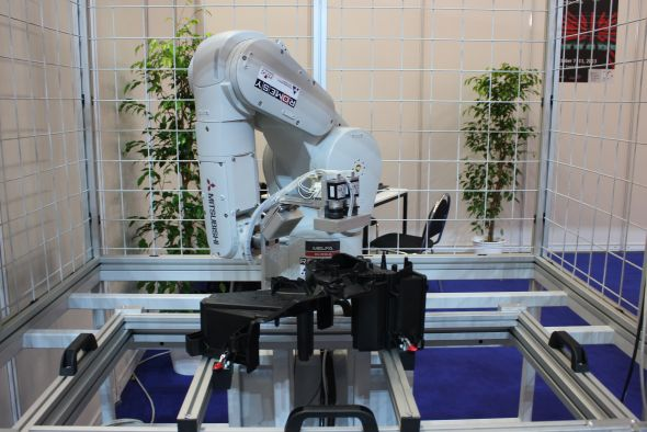 Robot k použití v automobilovém průmyslu či provozech pracujích se vstřikolisy. Foto: Markéta Gojná