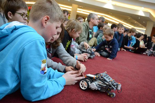 Děti se v kroužcích robotiky naučily, jak sestavit dálkově ovládané roboty z lega