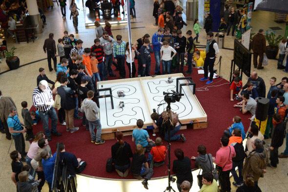 """V rámci disciplíny """"Čára"""" museli roboti sledovat černou čáru a projet po ní danou trať v co nejkratším čase"""