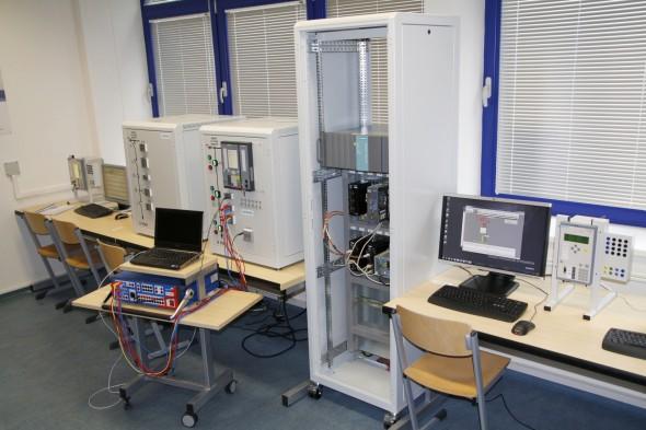 Novou laboratoř elektrických ochran, řídicích systémů a komunikace univerzita otevřela ve spolupráci se Siemensem (zdroj: ZČU)