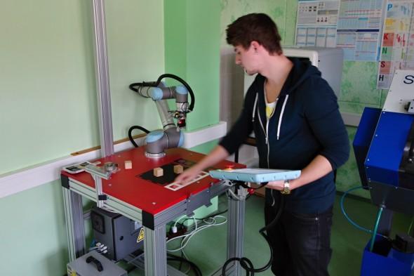 Student připravující praktickou úlohu s robotickým ramenem UR5 (foto: Tomáš Vít)