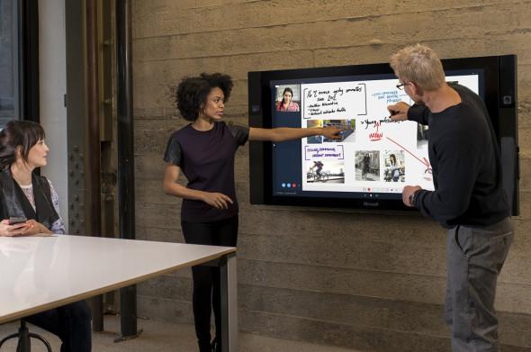 Surface Hub je 84palcový dotykový panel, sloužící prioritně k prezentacím. Můžete na něj přidávat svoje poznámky a ty si pak na závěr sbalit elektronicky s sebou nebo je odeslat kamkoli. (zdroj: Microsoft)
