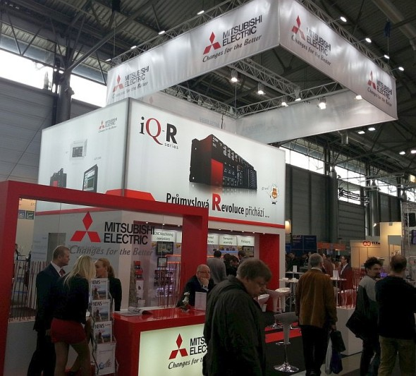 Společnost Mitsubishi Electric postavila svůj stánek na prezentaci novinky, systému iQ-R.