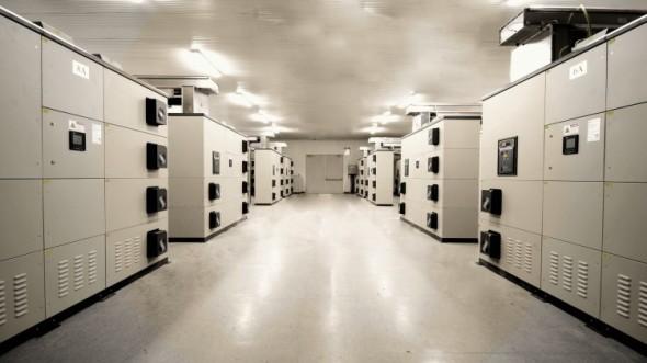 Nasazení většího počtu equalizérů umožňuje redukovat proudové špičky i ve velkých podnicích s množstvím stařovacích strojů. Foto: Blue Panther