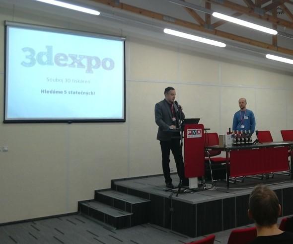 Pořadatelé soutěže Souboj tiskáten při zadávání modelů. Vlevo Jan Homola, vpravo Petr Bláha. Foto: Milan Loucký