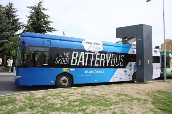 Dnes poprvé vyrazily do ostrého provozu na pravidelné linky v Plzni dva nejnovější moderní elektrobusy, které byly vyvinuty a vyrobeny plzeňskou společností Škoda Electric. Zároveň byla do provozu uvedena nová nabíjecí stanice ze Škodovky. Foto: Škoda Transportation