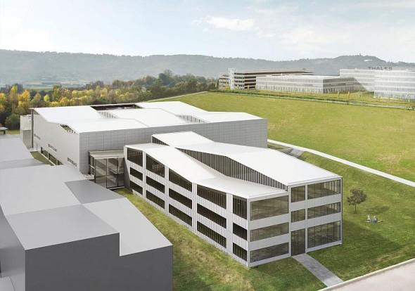 Pohled ze severu: V popředí se nachází kancelářský komplex, který poskytne místo asi 270 pracovníkům ve vývoji a v administrativě. Obrázek: Barkow Leibinger