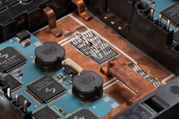 Mědí pokrytá keramická deska je spolu s deskou kontrolní části měniče (modrá) integrována do jednoho celku. Výsledkem jsou kompaktnější rozměry a efektivnější chlazení bez negativního dopadu na výkon. Foto: Siemens