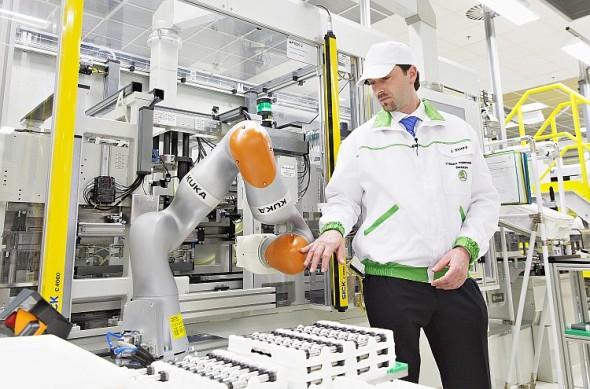 Díky citlivým senzorům, na každé z jeho celkem sedmi os, zakládá robot písty řazení rychlostí s největší přesností. Senzory přitom registrují případný kontakt se zaměstnancem. Tím je stále zajišťována jeho bezpečnost. Foto: Škoda Auto