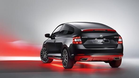 Škoda Atero je nalakovaná v metalickém odstínu Black Magic, příslušenství (křídlo, spojler, prahy) v odstínu červená Corrida; červené kontury lemují masku chladiče, otvor pro vstup chladicího vzduchu a vsazený difuzor. Zdroj: Škoda Auto