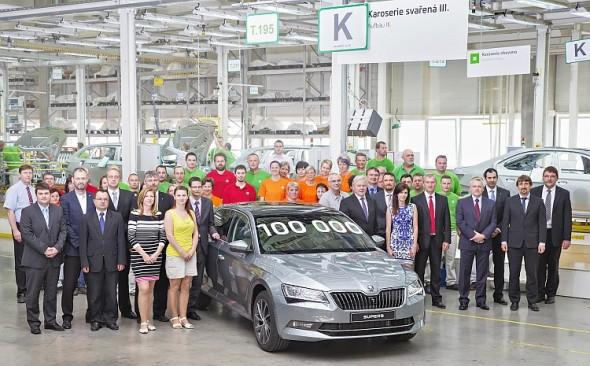 Jubilejním vozem je Superb v metalické barvě šedá Business. Od března 2015 sjelo z linky 100 000 vozů typu Škoda Superb třetí generace. Foto: Škoda Auto