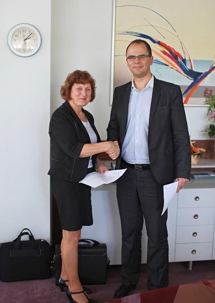 Jarmila Dědková a Tomáš Bednář při podpisu smlouvy. Foto: Konica Minolta