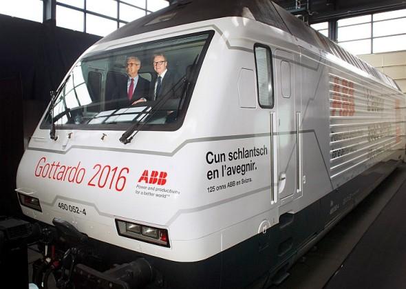 Ulrich Spiesshofer, CEO ABB, a Andreas Meyer, CEO SBB, v kabině lokomotivy dodané ABB. Foto: ABB