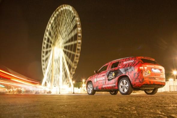 Nové SUV značky ŠKODA je pro svůj debut na Tour opatřeno kamuflážním polepem v červené, šedé a černé barvě. Zdroj: media.skoda-auto.com/cs