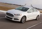 Hybridní sedan Ford Fusion vybavený videokamerami, radary, čidly a dalšími snímači.